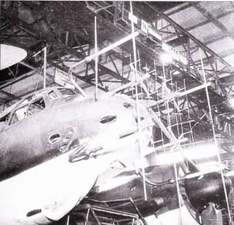 FuG-220/228 «Лихтенштейн» SN-2/SN-3. РЛС FuG-220 являлась продуктом фирмы Телефункен, по была снабжена четырьмя антеннами Hirschgeweih, которые с различных формах широко применялись на самолетах Ju-88G. Первые РЛС «Лихтенштейн» SN-2h дополнялись радиолокаторами FuG-212, которые «закрывали» мертвую зону РЛС SN-2 на ближних дистанциях. В этом случае на самолете ставились еще и антенны Matratzen (как на снимке вверху), или же, чаще, одна широкоугольная антенна Weitwinkel. Улучшенный радиолокатор FuG-220 позволил отказаться от использования РЛС FuG-212 в случае монтажа РЛС SN-2c. Следом появилась РЛС SN-2d с диполями, расположенными под углом 45 градусов (внизу). По крайне мере, один Ju-88 был оборудован РЛС SN-2 с диполями, установленными над и под фюзеляжем. В РЛС SM-3 использовались ножевидные антенны, было изготовлено только десять комплектов таких радиолокаторов.