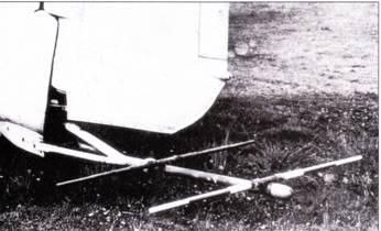 FiuG-350 «Наксос» Z/ZR. РЛС FuG-350 «Наксос» разработана фирмой Телефункен как средство обнаружения излучения британского радиолокатора H2S и других РЛС союзников, работавших в сантиметровом диапазоне. Фактически, «Наксос» являлся не РЛС, а системой предупреждения об электромагнитном облучении. Устройство «Наксос» выпускалось в различных конфигурациях, самым распространенным из которых являлся «Наксос» Z. Антенна системы «Наксос» Z монтировалась к обтекателе на фонаре кабины (снимок вверху, Ju-88G из NJG-I02). Некоторые самолеты Ju-88 комплектовались системами «Наксос» ZR (на снимке внизу), в этом случае получалась классическая «система зашиты хвоста».