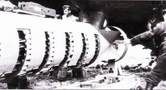 «Негры», черные люди – так называли в люфтваффе техников – подвешивает массивный контейнер АВ-1000 на Ju-88 из KG-76 в преддверии налета на Британию в рамках операции «Штейнбок». Контейнер АВ-1000 содержал 620 зажигательных бомб массой 1 кг каждая. Бомбы высыпались из контейнера через короткие интервалы. «Черными» называли техников не только в люфтваффе. Техсостав ВВС многих стран носил и носит рабочую одежду черного цвета, в то время как летный состав щеголяет синей или голубой формой. «А черные летчики пьют больше, чем синие», – метко заметила бабушка из белорусской деревни, расположенной рядом с аэродром Дальней Авиации. Бабушка славилась самобытными напитками удивительной крепости!