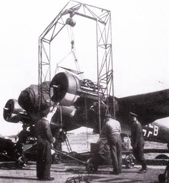 На аэродроме базирования бомбардировщиков Ju-88 обязательно имелся такой кран (передвижной, на колесиках), предназначенный для замены двигателей JUMO-21I. На первый взгляд кажется, что двигатель JUMO-21I представляет собой звезду воздушного охлаждения. На самом деле что мотор с жидкостным охлаждением и расположением цилиндров в ряд. «Лоб» мотогондолам обеспечивают оригинальным образом спроектированные радиаторы.
