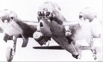 Взлетает бомбардировщик Ju-88A-4 с бомбами SC-250 на внешней подвеске. Обратите внимание – основные опоры шасси убираются не синхронно: левая стойки уже разворачивается на угол 90 градусов, правая еще нет.