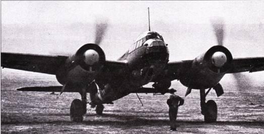 Ju-88A выруливает на старт, Средиземноморье. Под центропланом подвешены бомбы.