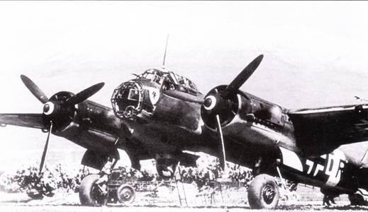 Фоном для Ju-88A-5 из III./KG-30 служит погасший итальянский вулкан Этна. Группу перебросили на Сицилию из Норвегии в рамках подготовки операции вермахта па Балканах. Затем группа опять вернулась в Арктику, где приняла участие в налетах на знаменитые северные конвои.