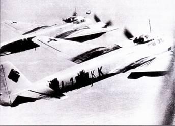 В период, когда был сделан этот снимок, I./Lehrgeschwader-1 базировался на аэродроме Малеме, о. Крит. Кресты закрашены черной краской, чтобы не уменьшить заметность самолетов в ночное время.