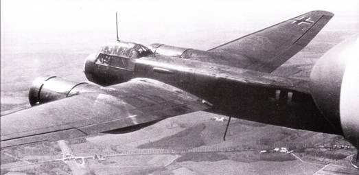 Ju-88A-4 из 8./KG-77 в полете над бескрайними просторами Советского Союза, лето 1941 г. Германские войска в первые месяцы войны на Востоке достигли оглушительных успехов, но и потери были так велики, как никогда ранее. 77-я эскадра воевала на Востоке год, после чего ее перебросили на Сицилию.