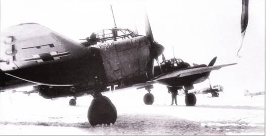 Разведчики Ju-88D из 2./AuJKIGr-22 ни заснеженном аэродроме в Советском Союзе. Часть активно действовала на южном участке советско-германского фронта. Мотогондолы закрыты утеплительными чехлами.