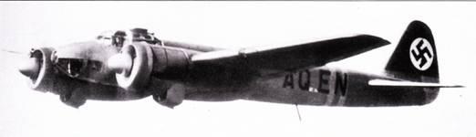 Первый прототип Ju-88V-1 в одном из первых испытательных полетов. Самолет имеет гражданскую регистрацию «D- AQEN». Машина была потеряна при испытаниях на достижение максимальной скорости полета. В обтекателе над фонарем кабины объективом назад установлен киноаппарат.