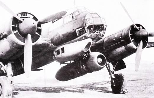 Значительная высота хвостовой опоры шасси и связанный с этим большой просвет между грунтом и фюзеляжем предопределили выбор Ju-88 в качестве летающей лаборатории для испытаний реактивных двигателей. На одном снимке плохого качества – летающая лаборатория Ju-88 с двигателем JUMO-004, на другом снимке – под фюзеляжем Ju-88.4-5 подвешен ТРД BMW-003.