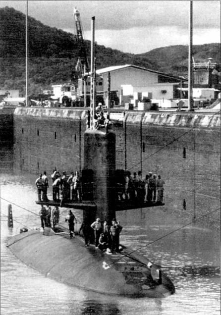 Субмарина SSN-59I «Шарк» проходит Панамским каналом из Атлантики в Тихий океан.