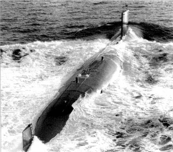 Атомоход SSN0685 «Гленард П. Липскомб» в Атлантике, 22 ноябри 1974 г., сдаточные испытания корабли, построенного верфью Электрик Бот. После вступления в строй ВМС США «Гленард П. Липскомб» проходил службу в ставе 6-й эскадры подводных лодок с припиской к военно-морской базе Норфолк, шт. Вирджиния. Из боевого состава ВМС США атомоход исключен 11 июля 1990 г.