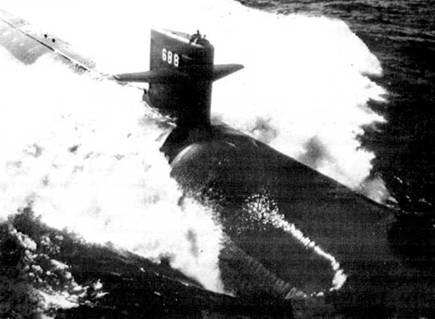 SSN-688 «Лос-Анжелос» – головной корабль серии, построенный верфью Ньюпорт Ньюс Шипбилдинг, шт. Вирджиния. Атомоход спустили на воду 6 апреля 1974 г. Субмарины типа «Лос Анжелос» обладают длиной в 360 футов и оснащены реакторами Дженерал Электрик S6G мощностью 35 000 л.с. «Лос .Анжелос» входил в состав 7-й эскадры подводных лодок с припиской к военно-морской базе Перл-Харбор, Гавайские острова.