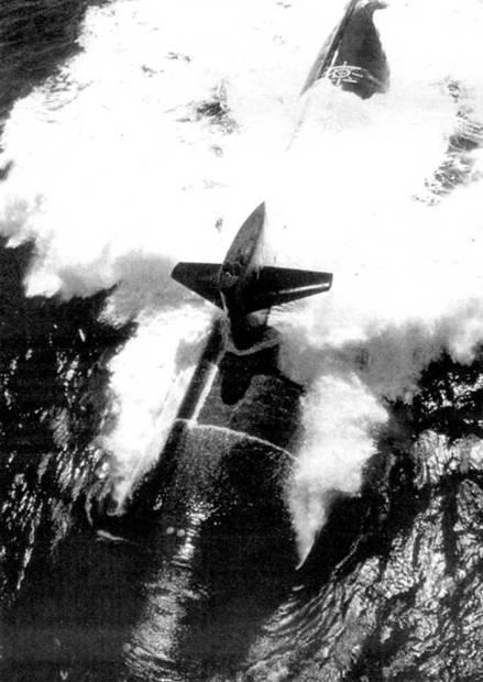 Вахту на рубке обычно несут старшина, офицер штурманской боевой части, командир корабля или его помощник. К море – атомный ударный подводный крейсер ВМС США SSN-750 «Ньюпорт Ньюс». На корпусе видна белая разметка в районе крышки аварийно-спасательного люка.