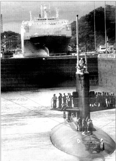 «Шарк» проходит Панамским каналом, 11 ноября 1989 г. На заднем плане – судно для перевозки автомобилей. На переход Панамским каналом из Атлантики в Тихий океан «Шарк» затратил восемь часов. На рулях глубины установлено временное ограждение.