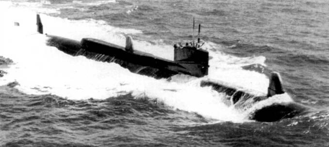 «Таллиби» в море. Выдвинуты радиомачта и перископ. Изначально проектное водоизмещение субмарины составляло 1000 т, но реально водоизмещение «Таллиби» выросло до 2640 т. Лодка была спущена на воду в 1960 г.. а исключена из боевого состава ВМС США в 1988 г.