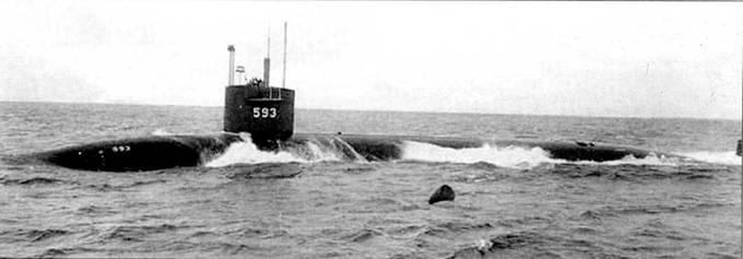Атомоход SSN-S93 «Трешер» в водах Атлантики, ходовые испытания. Обратите внимание на выдвижные устройства, все они подняты. «Трешер» трагически погиб 10 апреля 1963 г. у берегов Мэйна во время постремонтных ходовых испытаний. Причина гибели не известна, предположительно на лодке при погружении разошлись сварные швы. «Трешер» был построен в Портсмуте.
