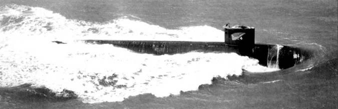 После гибели «Трешера» головным в серии стал атомоход SSN-594 «Пермит». На снимке – «Пермит» на пути в Сан-Франциско, 24 марта 1962 г. Снимок сделан незадолго до официального вступлении корабли в строи американских ВМС. «Пермит» входил в состав 3-й эскадры подводных лодок и был приписан к военно-морской базе Сан-Диего, шт. Калифорнии. Просматривается антискользящее покрытие руля глубины, оно – серого цвети.