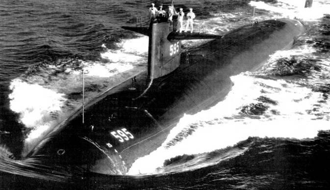 Командир и вахта подводной лодки SSN-595 «Плангер». Субмарина подходит к острову Оаху, Гавайи, 18 январи 1963 г. Изначально субмарину назвали «Полок», но в ходе постройки наименование изменили. Из боевого состава ВМС США данный атомоход был исключен 3 январи 1990 г. после 30 лет службы.