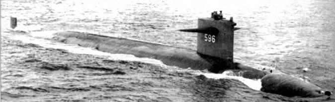 SSN-596 «Барб» на сдаточных ходовых испытаниях в Мексиканском заливе. Субмарина построена верфью Ингэллз Шипбилдинг в Пискагоале, шт. Миссисипи, в 1963 г. В передней части рубки смонтированы дополнительные гидрофоны. «Барб» входил в состав 3-й эскадры подводных лодок и был приписан к военно-морской базе Сан-Диего, шт. Калифорнии. Из боевого состава ВМС США лодки исключена 20 декабри 1989 г.