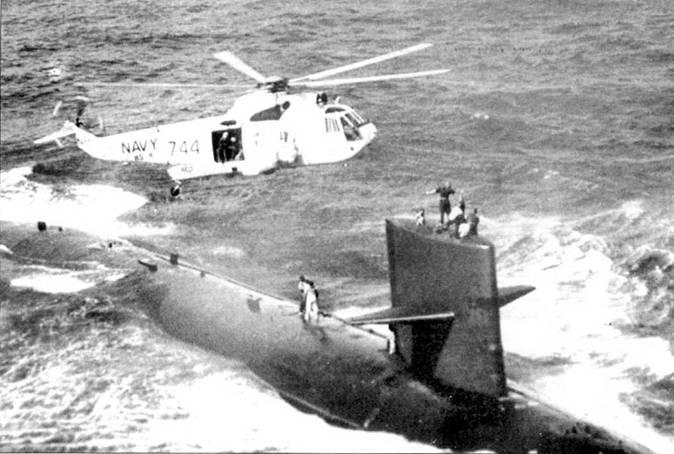 Вертолет Сикорский SH-3D эскадрильи HS-4 завис над атомоходом типа «Стёржен». Южно-Китайское море, недалеко от берегов Вьетнама, 1970 г. Вертолет эвакуирует с лодки тяжело заболевшего моряка. Больной – на палубе субмарины.