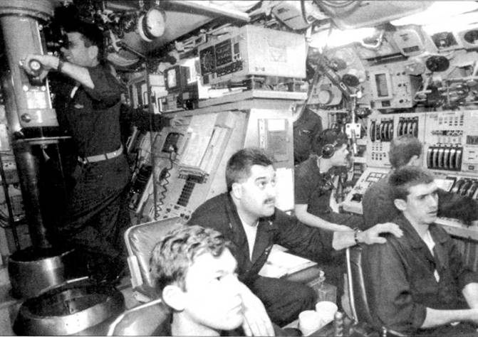 Центральный пост атомохода SS.X-650 «Нзргоу». В центре – командир лодки коммеидер Дэвид У. Хардинг. Лодка маневрирует подо льдом на Северном полюсе, 6 апреля 1991 г. В атомоходе тесно.
