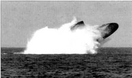 Атомоход SSN-639 «Тэутог» выныривает на поверхность, учении по аварийному всплытию. Треть корпуса лодки находится над водой. «Тэутог» был исключен из боевого состава ВМС США в 1997г. после 27 лет службы.