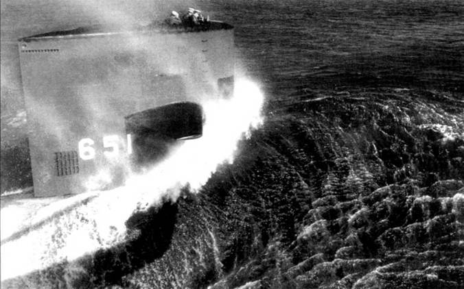 SSM-651 «Куинфиш» на полном ходу, сдаточные испытания в Атлантике, 1968 г. Корабль построен верфью Ньюпорт Ньюс. Отверстия в верхней части рубки предназначены для отвода выхлопных газов дизеля, установленного на лодке в качестве вспомогательной силовой установки.