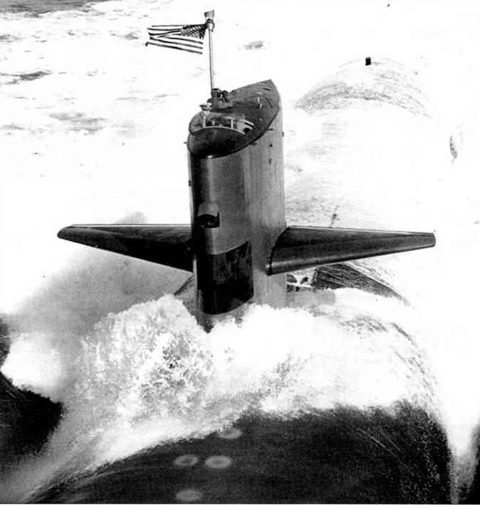 SSN-670 «Финбэк» на сдаточных испытаниях в Атлантике, 30 октября 1969 г. Субмарина построена верфью Ньюпорт Ньюс, входила в состав 6-й эскадры подводных лодок с припиской к военно-морской базе Норфолк, шт. Вирджиния. Атомоход назван в память о подводной лодке SS-230 «Финбэк» времен Второй мировой войны.