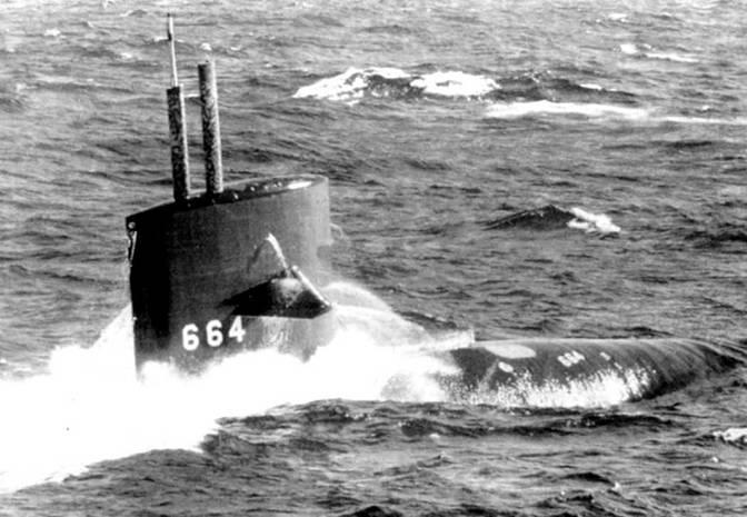 SSN-664 «Си Девил» на поверхности у берегов Вирджинии во время морского парада по случаю 20-летия блока НАТО, 1969 г. Подняты перископ и мачта радиопеленгатора. Лодка только-только появились ни поверхности – вода еще стекает с корпуса, а вахта не заняла свои места на рубке.