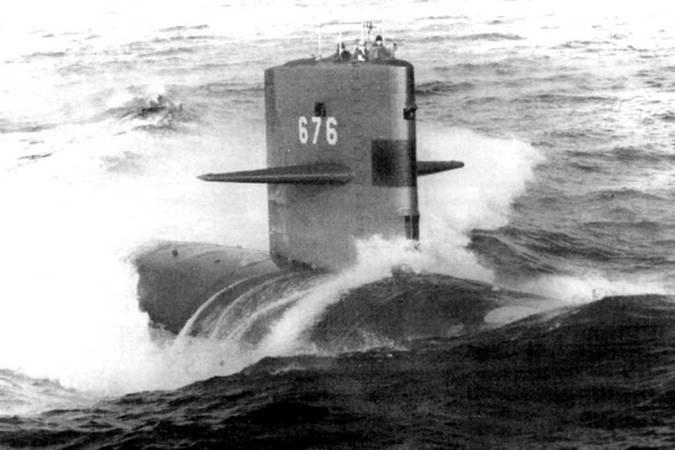 SSN-676 «Биллфиш» на поверхности. 1985 г., ходовые испытания после ремонта. Овальное пятно светлого цвета на корпусе лодки – аварийный буй. «Биллфиш» стал одним из последних короткокорпусных атомоходов типа «Стержен».