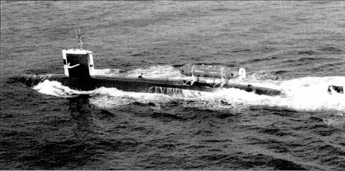 Атомоход SSN-672 «Пинтадо» с минисубмариной DSRV-1 «Мистик» па борту, 1977 г. «Пинтадо» являлся кораблем-маткой для «Мистика», атомоход был приписан к военно-морской базе Сан-Диего, шт. Калифорния, и входил в состав 11-й эскадры подводных лодок. «Мистик» использовался для транспортировки бойцов спецназа, хотя мог быть использован и для аварийно-спасательных работ па затонувших кораблях. Рубка и рули глубины по периметру окрашены в белый цвет для лучшей заметности лодки под водой, чтобы водителю «Мистика» проще было найти субмарину-матку.