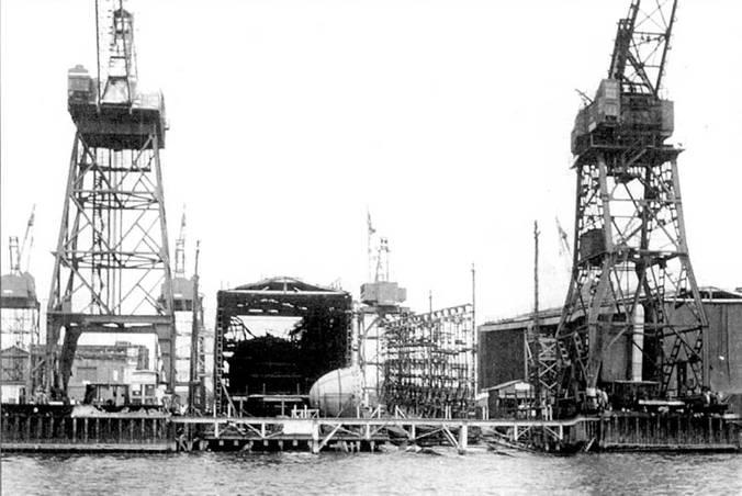 Субмарина типа «Стёржен», предположительно «Си Девил» или «Хаммерхед», в постройке. Ньюпорт Ньюс, Вирджиния, 1966 г. Субмарины строится в закрытых сверху помещениях – эллингах. Крыша нужна не столько для защиты от непогоды, сколько для сокрытии секретных кораблей от нескромного взгляда спутников-шпионов. Один эллинг – полностью закрытый, другой – только накрыт крышей, без стенок.