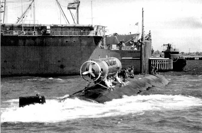 «Биллфиш» входит в акваторию базы Роша, учении «Сорбит Ройал 92». Атомоход «Биллфиш» являлся частью 10-й эскадры подводных лодок и базировался на Норфолк, шт. Вирджинии. В задней части рубки видна копоть от выхлопных газов дизелей.