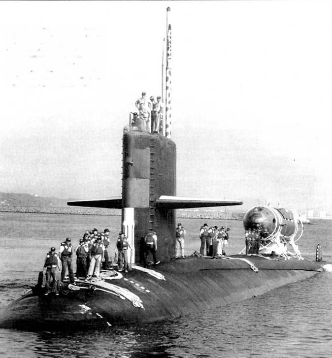 SSN-676 «Биллфиш» с минисубмариной DSRV-2 «Авалон» ни борту, военно-морская бала Рота, Испания. «Авалон» вступил в строй в 1992 г. Фотография сделана во время военных игрищ НАТО «Сорбит Ройал 92». Аппарат «Авалон» был построен корпорацией Локхид. Все моряки одели спасательные жилеты красного цвета.