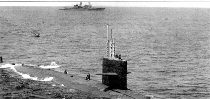 SSN-681 «Биллфиш» в Мексиканском заливе, учения «Эдвэнс Фэз III», 1986 г. К лодке подходит вельбот эсминца УРО DDG-995 «Скотт». Эсминец и атомоход отрабатывали совместные действия но поиску и уничтожению подводной лодки.