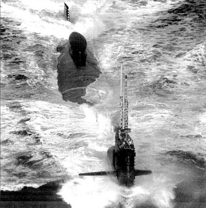 Последний «Стёржен» – длиннокорпусный атомоход SSN-687 «Ричард Б. Рассел» стал опытовым кораблем, на котором отрабатывались системы атомохода «Лос Анжелос». «Ричард Б. Рассел» входил в 1-ю испытательную группу подводных лодок и был приписан к базе Наллейжо, шт. Калифорния. К левой чисти надстройки смонтирован буксируемый сонар ВОК. За рубкой установлен экспериментальный коммуникационный буй. Дальше к корме – обтекатель экспериментальной ГАС. К кормовому аварийному люку можно было пристыковать аппарат DSRV.