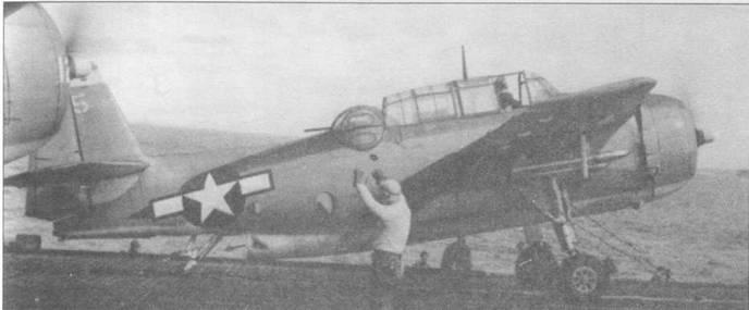 Пилот ТВМ-3 из УС-93 готовится к катапультному взлету с авианосца USS Makin Island (CVE-93), 4 марта 1945 года. Четыре створки па капоте полностью открыты, чтобы обеспечить достаточное охлаждение двигателю, поскольку он выведен на полную мощность для проведения взлета.