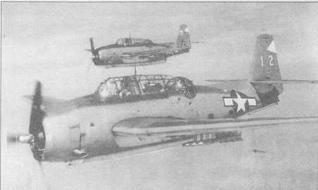 Пара ТВМ-3 (эскадрилья VC-72 базирующаяся на авианосце USS Tulagi — CVE-72) в полете, март 1945 года. Самолеты несут 5-дюймовые авиационные ракеты на направляющих Мк 5. Член экипажа сидящий позади пилота первого Эвенджера, держит камеру К-20.