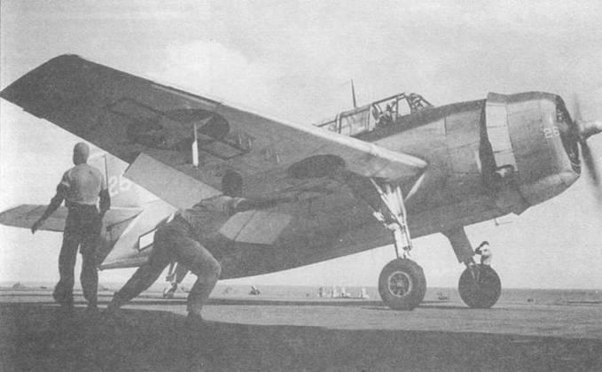 ТВМ-3 получает сигнал на старт от члена палубной команды и начинает разбегаться для взлета с палубы авианосца USS Franklin (CV-13), март 1944 года. Эвенджер оснащен антеннами радара ASB и пусковыми ракетными направляющими Мк 5 на внешних консолях крыла.