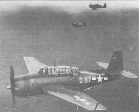 Истребители F6F-5 Хеллкет сопровождают на задании ТВМ-3 из эскадрильи VT- 40 базирующейся на авианосце VSS Suwannee (CVE-27). Эвенджер имеет собственное имя — «Dor», нанесенное впереди и ниже кабины, а также тактический номер на самой законцовке фюзеляжа, что очень необычно. Только немногие из флотских самолетов несли персональные маркировки.