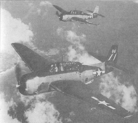 Эвенджеры из эскадрильи VC-88, базирующейся на авианосце USS Saginaw Вау (CVE-82) в поисках целей, март 1945 года. Первый Эвенджер несет «twin lightning holts» — знаки VC-88, белого цвета на вертикальном стабилизаторе, окрашенном в Glossy Sea Blue, в то время как второй Эвенджер несет этот знак на хвосте окрашенном в Intermediate Blue.