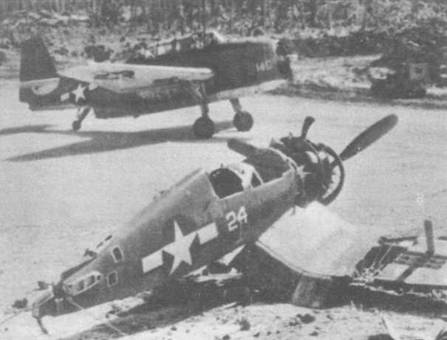 ТВМ-3 Корпуса морской пехоты рулит мимо брошенного истребителя F4U-1 Корсар, который был «каннибалиpbрован» — разобран в поисках запасных частей — на одном из тихоокеанских островов в 1944 году. Для полетов с грунтовых аэродромов жесткое цельное резиновое хвостовое колесо, было заменено пневматическим большего размера.