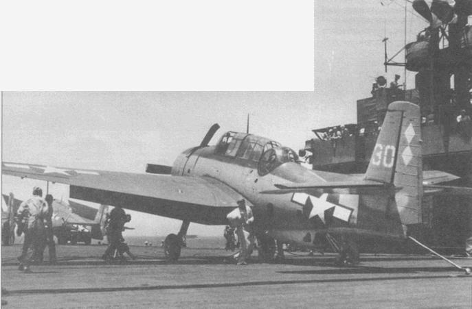 Аварийна палубная команда с огнетушителями бежит к ТВМ-3 из эскадрильи VC-83 после того, как он вылетел за предохранительный барьер на палубе авианосца USS Sargent Вау (CVE-83), 14 июня 1945 года.