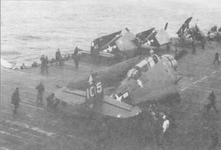 Палубная команда закрывает крылья поврежденного в боевом вылете Эвенджера ТМВ- 3 из эскадрильи VT-82 на борту авианосца USS Bennington (CV-20), 7 апреля 1945 года. Эскадрильи пикирующих бомбардировщиков SB2C Хеллдайвер часто заменялись на авианосцах класса Essex эскадрильями истребителей-бомбирдировщиков F4U Корсар, но Эвенджеры базировались на них до самой победы над Японией и даже позже.