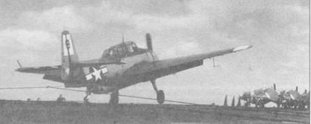 ТВМ-3 из эскадрильи VT-45 «словил» (захватил тормозной трос) палубу авианосца USS San Jacinto (CyL-30), 21 марта 1945 года. Тросы, натянутые поперек пагубы перед закрепленными Эвенджерами — защитный барьер, установленный, чтобы остановить приземляющийся самолет, который не сумел захватить тормозной трос.
