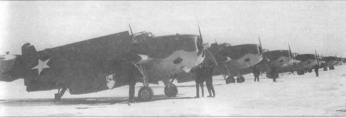 Партия TBF-1 Эвенджер на заводском аэродроме, декабрь 1942 года. Самолеты в двухцветной камуфляжной окраске — Non-specular Blue Gray на верхних поверхностях и Non-specular Light Gray на нижних. Знаки государственной принадлежности нарисованы на обеих сторонах каждого крыла и на хвостовой части фюзеляжа уже не имеют красного круга посредине звезды, который был упразднен 15 мая 1942 года.