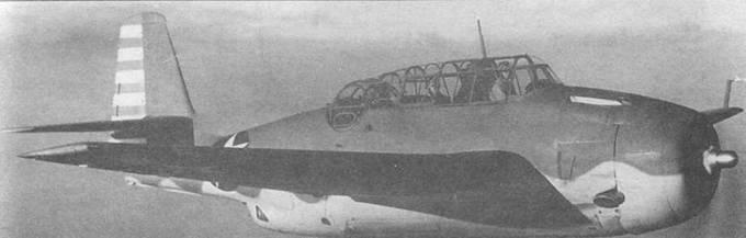 Один из первых серийных TBF-1 Эвенджер в полете, март 1942 года. Самолет в камуфляжной окраске идентичной той, которую имеет самолет представленный на верхнем снимке, за исключением того, что знаки государственной принадлежности уже имеют максимальный размер — такое увеличение знаков было введено начиная с 17 января 1942 года.