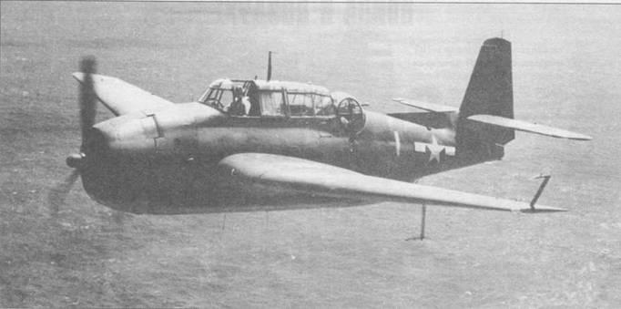 """Обычная для 1943 года картина, TBF-1C Эвенджер осуществляет противолодочное патрулирование вокруг группы американских боевых кораблей. Антенна под левым крылом принадлежит радару обзора поверхности тип В (ASB), стойка в виде перевернутой буквы """"L """" на за концовке того же крыла — трубка Пито."""