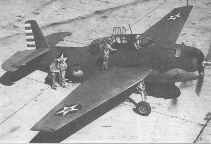 Экипаж морских летчиков готовит только что выпущенный TBF-1 для перегона в 8-ю торпедную эскадрилью (VT-8) на военно- морской аэродром Норфолк, Виржиния. VT-8 была первой эскадрильей фота США, которая получила Эвенджеры, и в составе которой TBF получил боевое крещение в ходе сражении за Мидуэй.