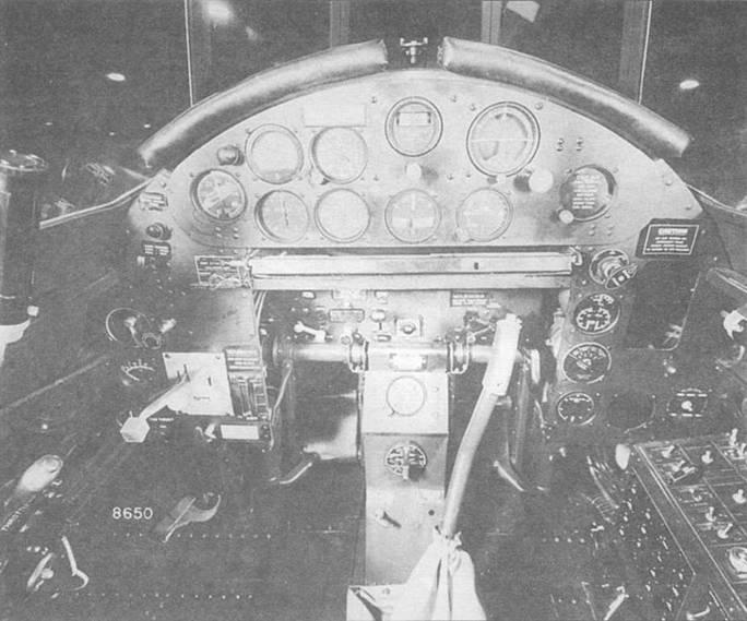 Кабина пилота и приборная панель TBF-1. Основные приборы сгруппированы на центральной панели. Однако, приборы, контролирующие работу двигателя сгруппированы справа внизу и на правой боковой панели.