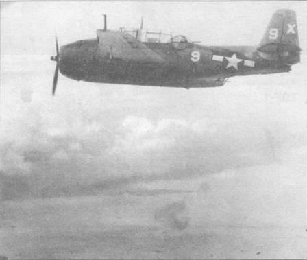 ТВМ-1 из эскадрильи VT-51 базировавшейся на авианосце USS San Jacinto (CVL-30) атакует цели на Пелелуа, 16 сентября 1944 года. Вооруженные бомбами ТВМ-1 часто использовались для поддержки наземных сил в ходе десантных операций по захвату островов на Тихом океане.
